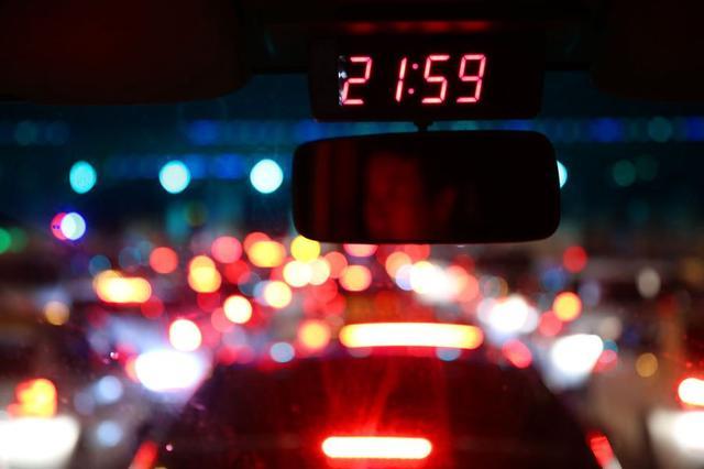 西安三桥收费站缴费排长队 等半小时才出收费口