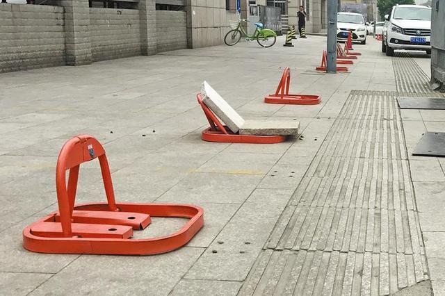 西安一临街人行道上装16个地锁 低头族们易绊着