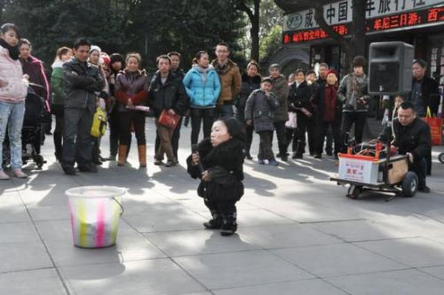 残疾夫妻西安街头唱歌挣路费 心愿:周游中国