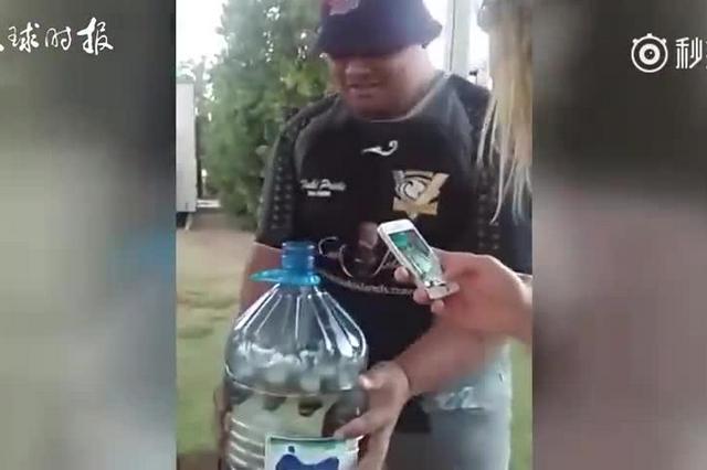"""迟到后,澳男子自制""""神器""""自罚一捆啤酒"""