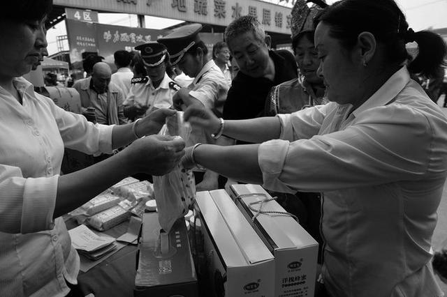 麟游书记县长西安当上土豆推销员 一天卖28万元