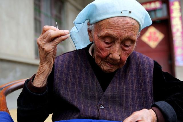 陕西101岁老人穿针引线 眼明手快肤色红润