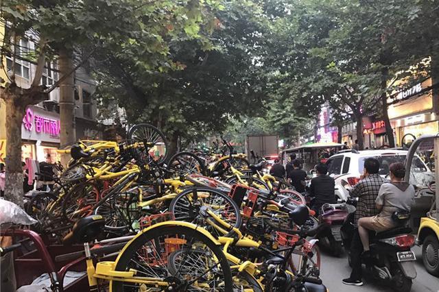 共享单车野蛮停放堆三米高 规范管理迫在眉睫