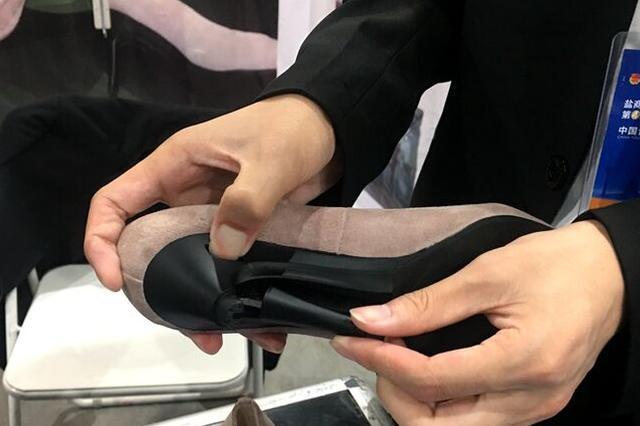 大学生发明可变换高跟鞋 隐形开关让恨天高秒变平跟
