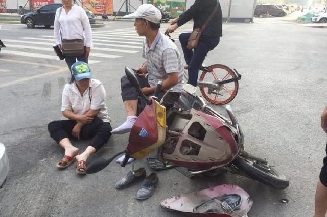 西安一轿车与两辆摩托车相撞 致3人受伤