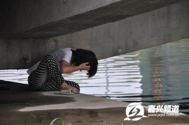 女子因感情问题欲轻生 两次爬上西安护城河墙垛