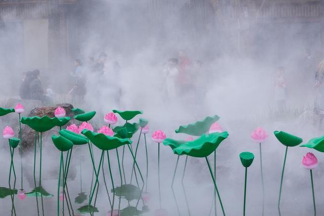 西安诗经里小镇云雾缭绕 游客纷纷拍照留住美景