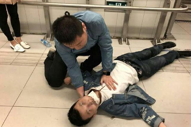 男子北京地铁突发晕厥 咸阳医生紧急救助
