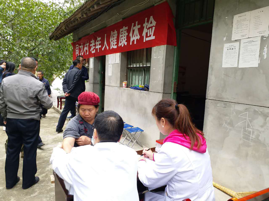 医疗队为村民进行免费体检