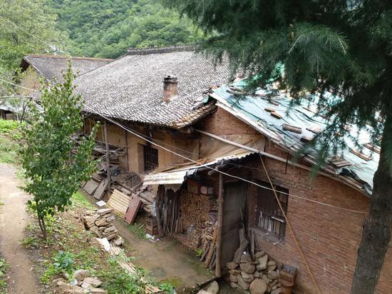 同力村村中还有大量土房屋