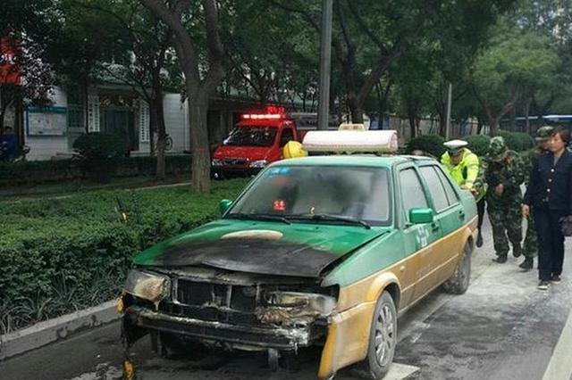 宝鸡一出租车突然自燃 交警监控平台发现火情