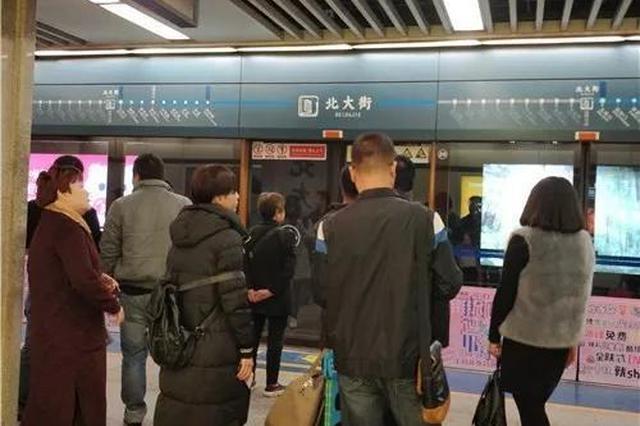 西安地铁突遇乘客不适四肢僵硬 工作人员现场按摩