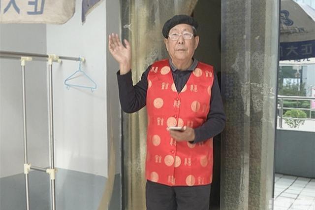 """79岁大爷爱当记者 养老院里""""播新闻""""受热捧"""