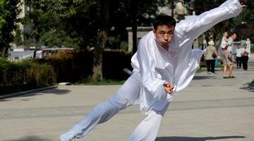 西安80后小伙成老外体验中国太极的老师
