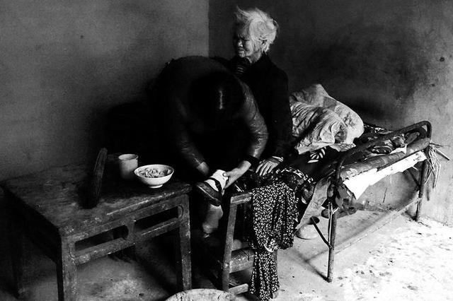 陕西夫妇俩照顾孤寡老人25年 非亲非故却以亲人相待
