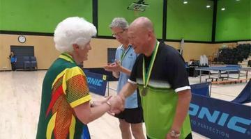 陕西62岁老人澳大利亚乒乓球赛夺冠
