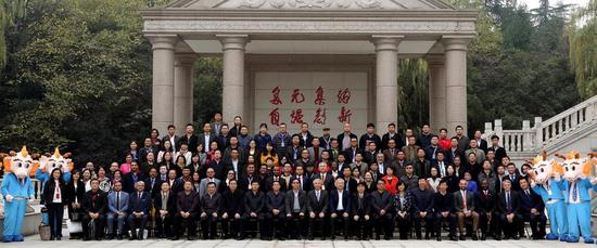 """陕西省第五届""""鱼化龙""""大学生创业节与会代表合影"""
