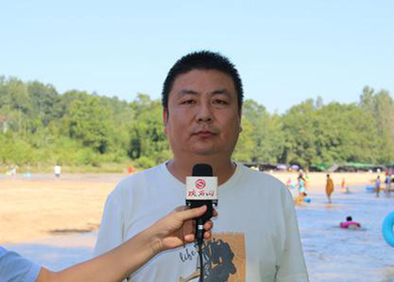 城固县二里镇人大主席杨扬介绍全镇旅游发展情况