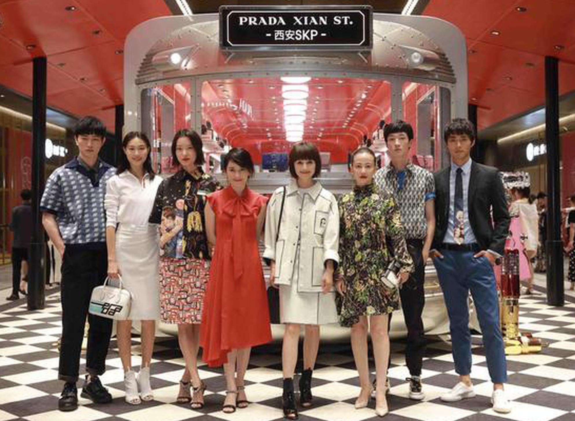 众星出席Prada银色列车号