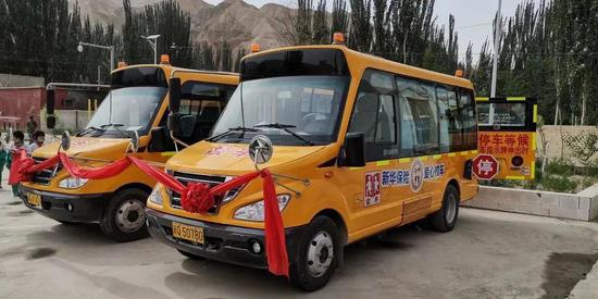助力精准扶贫 新华保险向新疆依其拜勒提村捐赠校车
