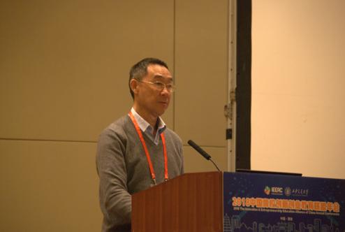三亚学院副校长刘晓鹰发表讲话