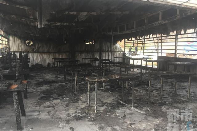 西安东郊一串串店突发火灾 店面及后院付之一炬
