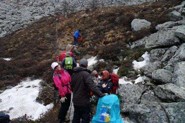 大学生进山疑寻失联 天气骤变搜救队员全力搜寻