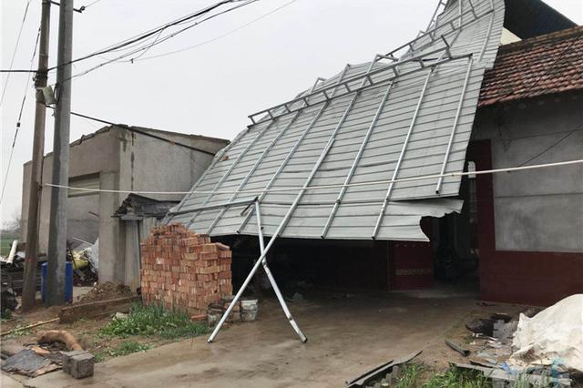 大风掀了仓库房顶砸坏邻居房屋 所幸无人员伤亡