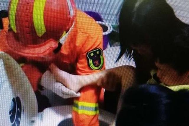 五岁男童左脚被卡在马桶出水口 消防战士成功救援