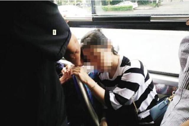 女乘客公交车上突然晕倒 热心司机乘客合力救助