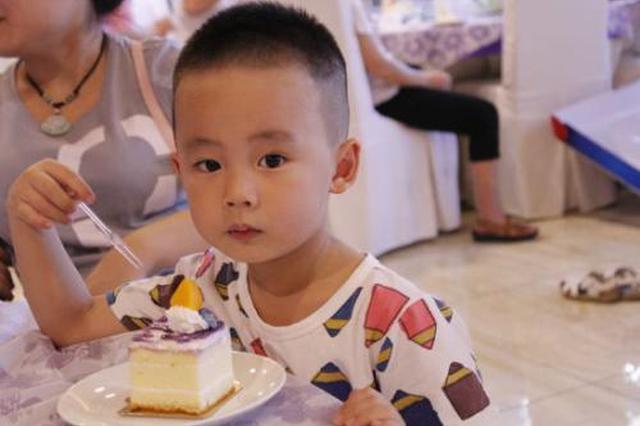 咸阳一岁女童吃蛋糕塑料叉刺入喉咙 医院紧急救助