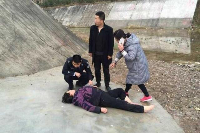 咸阳一老年妇女欲跳水库自杀 民警紧急救援