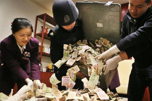 咸阳机场仨募捐箱2年攒40公斤零钱 银行34人清点4小时