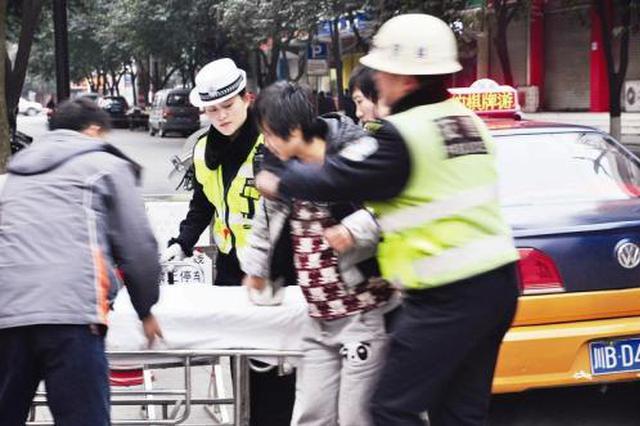 """长安区区一老人突发疾病 交警开辟""""绿色通道"""""""