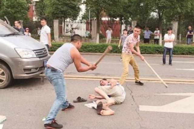 陕西10余人持棍棒殴打3男子并打砸车辆 警方敦促自首