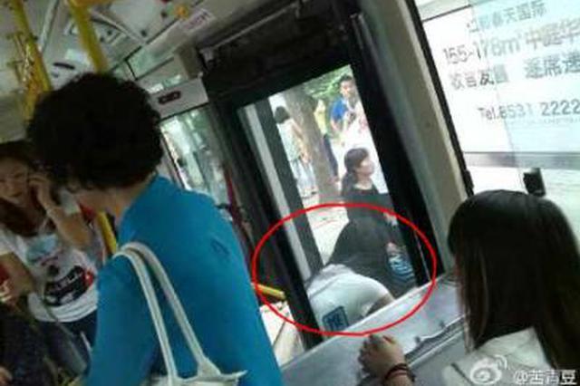 西安一女子公交上晕倒 司机乘客合力救助