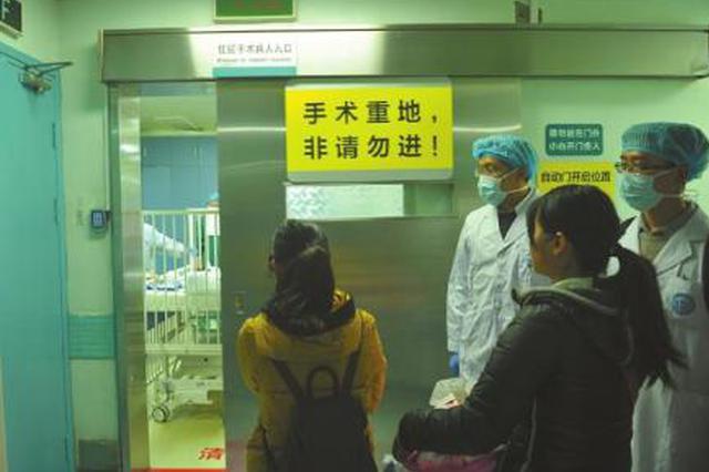4岁男童摔倒后筷子插入眼角 交警驾车急送医院
