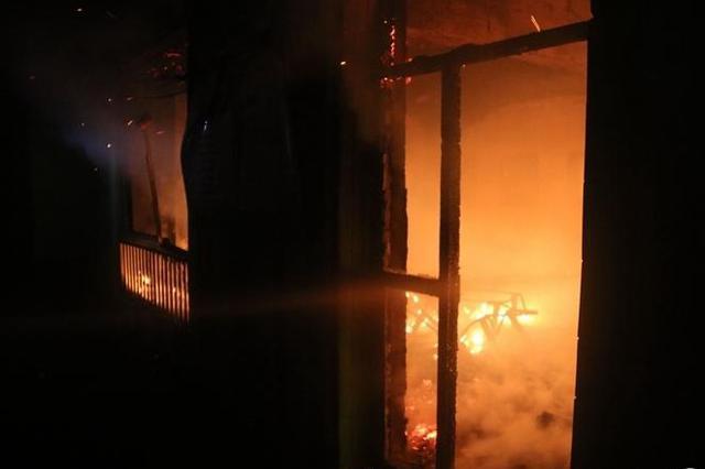 榆林一幼儿园夜里着大火 起火原因警方正调查