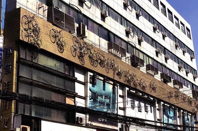 西安一处大楼外墙面挂着38辆自行车 做什么用的?