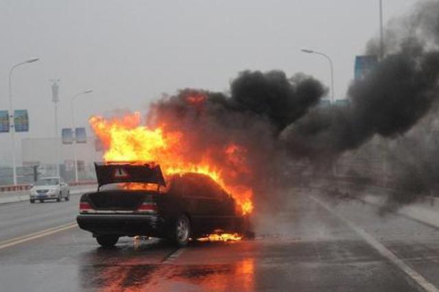 西安一奔驰追尾工程车路边起火 致一死两伤