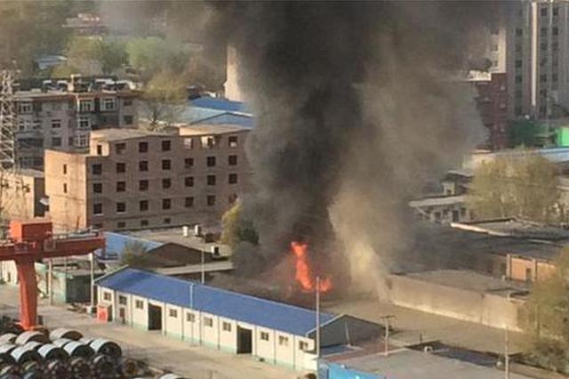 今晨西二环一医药仓库突起火 十辆消防车扑救