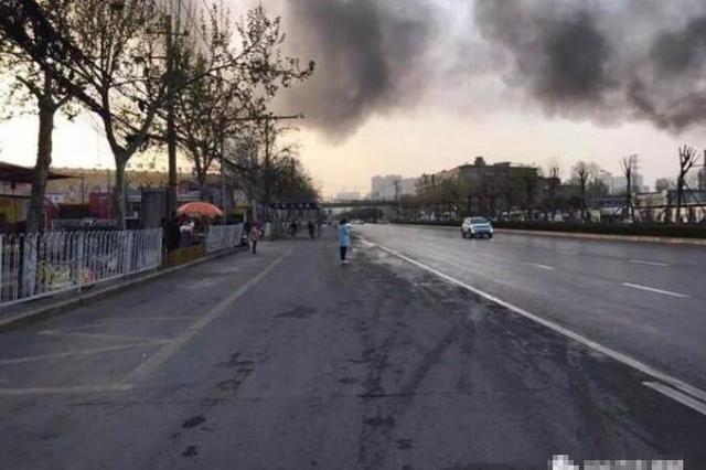 西安枣园西路突发大火 周边交通拥堵