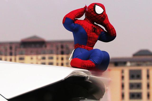 """车顶""""蜘蛛侠"""" 快下来 西安交警:发现一例纠正一例"""