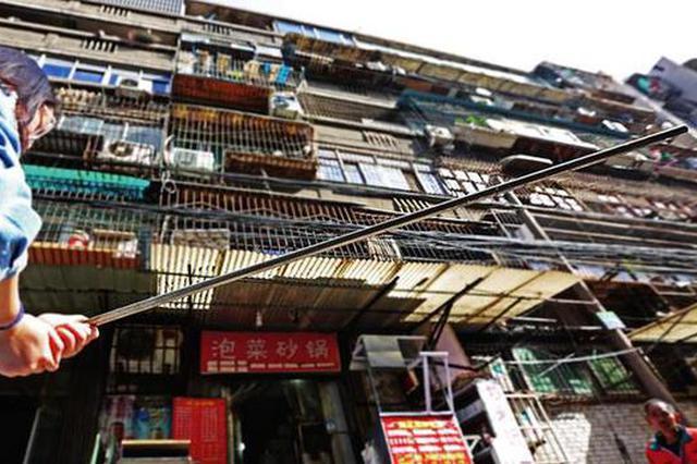 楼上掉下1.2米长铁棍吓坏路人 高层坠物何时休