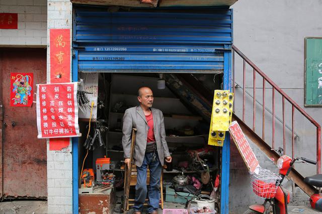 城中村一平方楼梯间让他每天挣二三百元