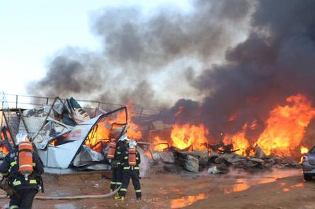 榆林一彩钢房突发大火 工厂200人宿舍尽毁