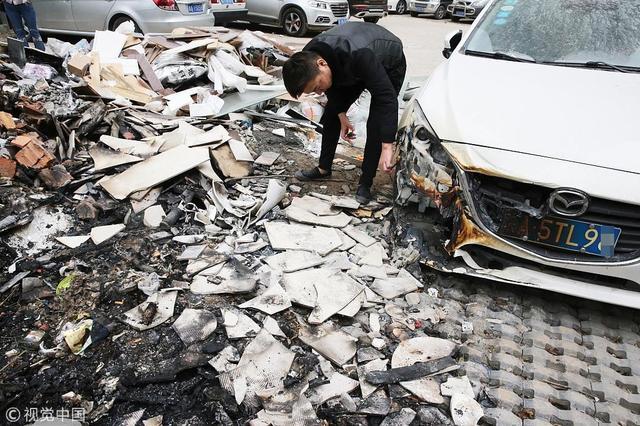 西安小区垃圾堆深夜起火 住户汽车被烧惨不忍睹