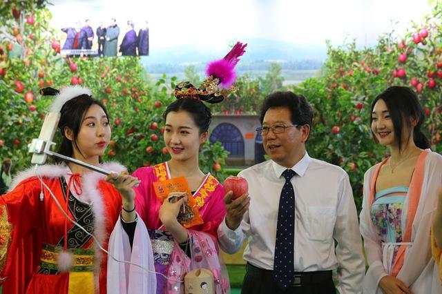 古装直播玩穿越 农业厅长与网红一起为陕西苹果代言