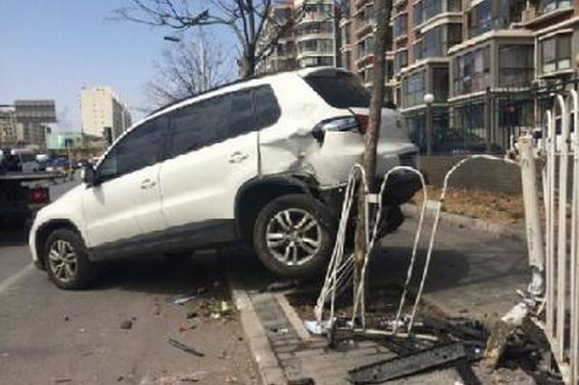 出游却驾车撞断停车杆 游客差点与负责人打起来