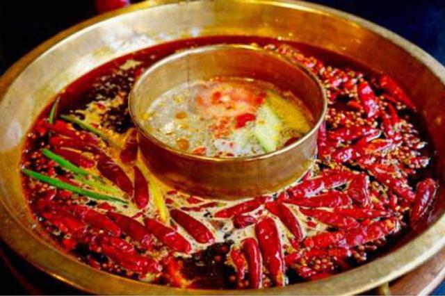 火锅店回收利用顾客餐后剩的锅底 7人被告上法庭